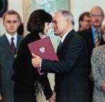 Zawsze powtarzam,  że każdemu życzyłabym takiego szefa jak Leszek Miller,  bo nawet gdy mieliśmy różnice zdań, to na koniec stwierdzał: twoja decyzja i twoja odpowiedzialność  – mówi Barbara Piwnik.  Na zdjęciu premier Miller gratuluje sędzi Piwnik stanowiska ministra sprawiedliwości w jego rządzie, 19 października 2001 r.