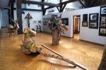 Młodym i dorosłym widzom podobają zarówno rzeźby jak i rysunki Józefa Wilkonia. Fragment wystawy z 2011 roku