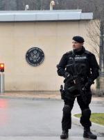 Dzień po zamachu: czarnogórski policjant przed amerykańską ambasadą w stolicy kraju Podgoricy.