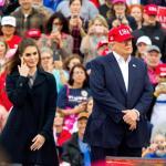 Hope Hicks od kilku lat była jednym z najbardziej zaufanych współpracowników Donalda Trumpa (zdjęcie z grudnia 2016). Teraz ustąpiła ze stanowiska dyrektor ds. komunikacji w Białym Domu.