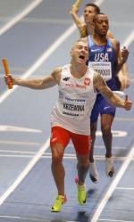 Jakub Krzewina zwycięsko kończy sztafetę 4x400 m.