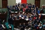 Początek protestu opozycji w sali plenarnej Sejmu. Jest grudzień 2016 r. Zbliżają się święta, Sylwester – i wyjazd Ryszarda Petru na Maderę