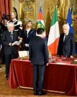 Prezydent Włoch Sergio Mattarella odbiera przysięgę odnowego premiera włoskiego rządu Giuseppe Conte (tyłem)