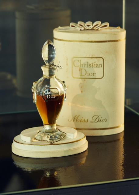 b067b209cfadd Broszka Chanel okazyjnie kupiona na targu staroci w Paryżu adam leja.  Flakon perfum Diora z 1947 roku