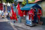 Sajgon: symbole komunistyczne mieszają się z elementami tradycji chrześcijańskiej. A wszystko to w otoczce kapitalizmu w wydaniu straganiarskim.