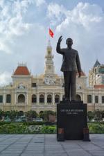 """Ho Chi Minh City – pomnik """"wujka Ho"""" stoi na tle Komitetu Ludowego. Obecnie w budynku jest ratusz."""