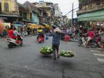 Ulice Hanoi pełne są handlarzy, niektórzy noszą cały stragan.