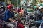W ruchu ulicznym w Hanoi dominują skutery. W kraju jeździ ich 45 mln.