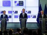 W przeddzień szczytu deklarację o współpracy NATO i UE podpisali sekretarz sojuszu Jens Stoltenberg (w środku) oraz szefowie Rady Europejskiej i Komisji Europejskiej Donald Tusk i Jean-Claude Juncker. Tusk powiedział: Droga Ameryko, doceń sojuszników, bo nie masz ich tak wielu.