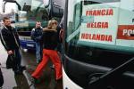 W sezonie jeden po drugim  do Holandii czy Niemiec jadą busy wypełnione Polakami. Zabierają spod domu i wiozą pod wskazany adres