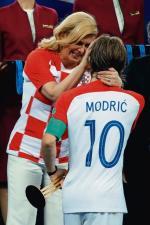 Luka Modrić i Kolinda Grabar-Kitarović.  Piłkarz ma powody, by cenić sobie przychylność pani prezydent