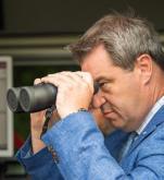 Premier Bawarii Markus Söder ma niskie notowania przed wyborami landowymi.  Na zdjęciu kontroluje granicę z Austrią, przez którą wiódł główny szlak migracyjny.