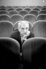 """Krzysztof Kieślowski ur. w 1941 r. Wybitny dokumentalista, w fabule zadebiutował  """"Przejściem podziemnym"""" (1973). Twórca takich filmów jak """"Amator"""", """"Przypadek"""", """"Bez końca"""". Światową sławę zyskał """"Dekalogiem"""", """"Podwójnym życiem Weroniki"""", """"Trzema kolorami"""". Zmarł w 1996 r."""