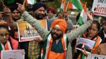 Indyjski atak lotniczy naPakistan został w Indiach przyjęty zpowszechną aprobatą. Nazdjęciu wiec wNew Delhi