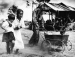Podczas bitwy o Saipan w obozie dla internowanych amerykańscy żołnierze pomagali ocalałym cywilom