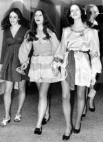 """Susan Atkins (z lewej), Patricia Krenwinkel  (w środku) i Leslie Van Houten z """"Rodziny"""" Charlesa Mansona na korytarzu sali sądowej  w drodze na rozprawę. Kwiecień 1969 r. Skazane na karę śmierci. Wyrok zamieniono im na dożywotnie więzienie. Susan Atkins zmarła w więzieniu w 2009 roku, Krenwinkel i Van Houten wciąż bezskutecznie zabiegają o przedterminowe zwolnienie"""