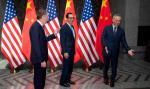 Szanghaj 31 lipca 2019 r. Chiński wicepremier Liu He (z prawej) wita amerykańskiego przedstawiciela ds. handlu Roberta Lighthizera (z lewej) i sekretarz skarbu Steve'a Mnuchina