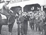 Edward Śmigły-Rydz (jeszcze jako generał) gratuluje niemieckiemu rotmistrzowi Martenowi Barnekowowi zwycięstwa w konkursie hippicznym. Warszawa, czerwiec 1936 r.