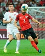 Robert Lewandowski jako jeden z niewielu polskich piłkarzy po meczu z Austrią nie był zadowolony. Obok Aleksander Dragovic