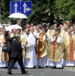 Wielu duchownych  nie kryje sympatii  dla partii Jarosława Kaczyńskiego, ponieważ  jej rządy  widzą jako bezpieczniejsze dla przyszłości Kościoła  w Polsce
