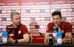 Jerzy Brzęczek i Robert Lewandowski podczas poniedziałkowej  konferencji prasowej w Warszawie