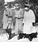 Kazimierz Sosnkowski, Józef Piłsudski oraz oficer armii niemieckiej Schlossmann w czasie spaceru na terenie twierdzy wMagdeburgu