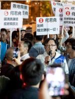Zwolennicy Pekinu nie mieli szans w  wyborach municypalnych. Na zdjęciu: jeden z kandydatów obozu propekińskiego.
