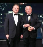 """Zbigniew Grycan  (z prawej), właściciel firmy Grycan – Lody od pokoleń,  został laureatem Wektora 30-lecia Pracodawców RP """"za budzący podziw styl,  w jakim przekształcił rodzinne przedsiębiorstwo  w dużą firmę  o międzynarodowym zasięgu"""""""