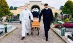 Pogrzeb włoskiej ofiary koronawirusa bez asysty rodziny to symbol pandemii nie tylko we Włoszech