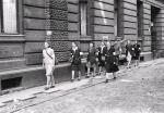 Wczasie powstania warszawskiego kobiety – konspiratorki z AK – pełniły m.in. funkcję sanitariuszek i łączniczek