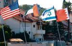 Cztery flagi  w izraelskiej Netanii: USA, Zjednoczonych Emiratów Arabskich, Izraela i Bahrajnu