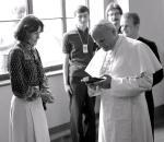 10 czerwca 1979 r. Wanda Rutkiewicz wręczyła Janowi Pawłowi II kamień z Mount Everestu