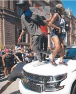 Wymierzone w policję protesty po śmierci George'a Floyda pokazały,  jak rozchwiana jest kondycja najpotężniejszego państwa Zachodu  (na zdjęciu demonstranci skaczą po radiowozie w Waszyngtonie, w pobliżu Białego Domu; maj 2020 r.)
