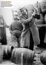 Działacze partii mogą wspominać  z rozrzewnieniem czasy prohibicji  (na zdjęciu niszczenie beczek  z alkoholem w 1924 r.), ale szukając  nowych wyborców, musieli sformułować postulaty wychodzące poza szlaban  dla trunków