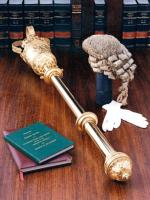 Ceremonial mace – zdobiona buława noszona przed władcą lub dostojnikami państwowymi podczas ceremonii w parlamencie