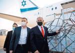 Premier Beniamin Netanjahu wita 10 stycznia na lotnisku pod Tel Awiwem kolejny transport szczepionek