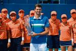 Hubert Hurkacz z nagrodą  za zwycięstwo  w Miami. Pucharowi towarzyszył  czek na 300 tysięcy dolarów, to o milion mniej, niż zainkasował dwa lata temu Roger Federer. Taka jest  w tenisie cena pandemii