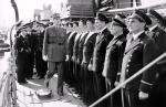 """Gen. Charles de Gaulle, już jako przywódca Wolnych Francuzów, wczasie inspekcji załogi niszczyciela """"Léopard"""" wczerwcu 1942 r."""
