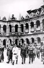 Adolf Hitler (wjasnym płaszczu) podbity Paryż odwiedził tylko raz: 23 czerwca 1940 r.