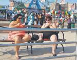 """""""Jedzenie nie osądzało i nie oczekiwało ode mnie niczego. Jedząc, nie musiałam być nikim innym, tylko sobą."""" Na zdjęciu: małe co nieco na Coney Island, USA"""