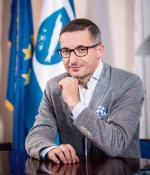 Piotr Kuczera jest prezydentem Rybnika od 2014 roku. Wcześniej przez osiem lat był radnym tego miasta. Z zawodu nauczyciel historii