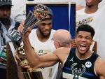 Giannis Antetokounmpo z pucharem dla MVP finałów NBA