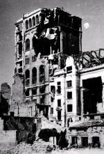 Walki powstańców zNiemcami ozdobycie gmachu PAST-y trwały od 2 do 20 sierpnia 1944 r. (budynek został poważnie uszkodzony)