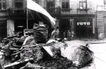 Jedna zlicznych barykad na ulicach walczącej Warszawy, sierpień 1944 r.
