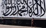 Kabul.  Wielka flaga Islamskiego Emiratu Afganistanu, państwa talibów. Na białym tle czarnymi literami wykaligrafowane jest muzułmańskie wyznanie wiary, szahada