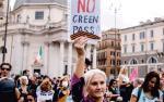 Przed wybuchem pandemii  58 proc. Włochów uważało,  że ich kraj przeżywa poważny konflikt polityczny.  Dziś tak sądzi  już 67 proc.  Na zdjęciu Rzym, protest przeciwników ograniczeń dla niezaszczepionych na covid