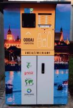 Pierwsze koty  za płoty. Prototypowe butelkomaty ustawiane  w polskich miastach  cieszyły się wielkim zaintereso- -waniem