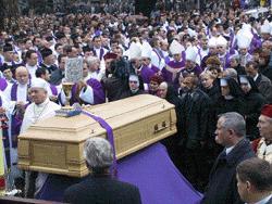 50 tysięcy ludzi żegnało biskupa Chrapka - Archiwum Rzeczpospolitej