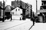 <To najbardziej znana fotografia getta warszawskiego. Wjazd na teren dzielnicy żydowskiej był tuż obok domu z numerem 65