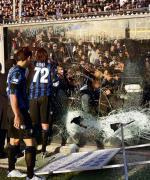 Mecz Atalanty z Milanem został przerwany po siedmiu minutach. Kapitan Atalanty Cristiano Doni próbuje uspokoić kibiców
